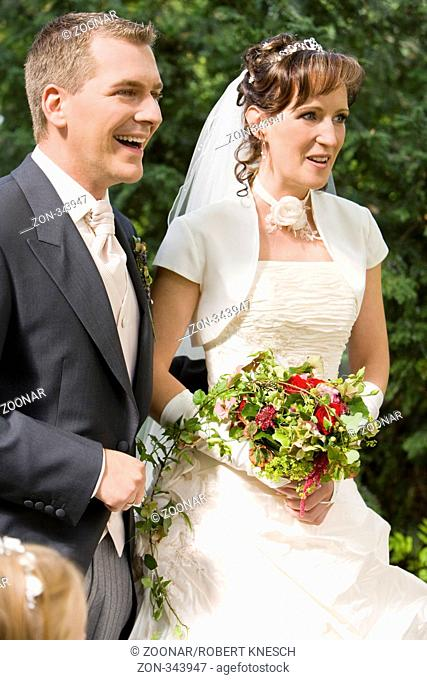 Junges Brautpaar lacht herzlich
