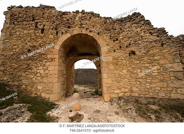La puerta de la Fuerza pertenece a la muralla de Sepúlveda, situada a las afueras de la localidad, construida sobre basamentos árabes en el siglo XI