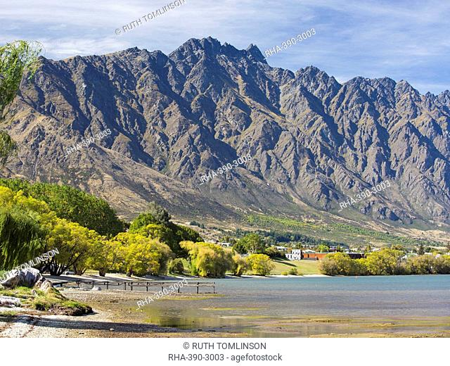 View across Frankton Arm to the Remarkables, autumn, Queenstown, Queenstown-Lakes district, Otago, South Island, New Zealand, Pacific