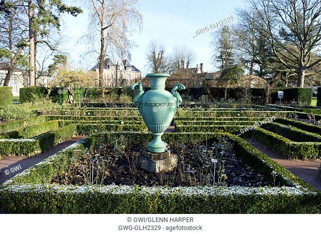 hedges and urn at jardin des plantes rouen france - Jardin Des Plantes Rouen