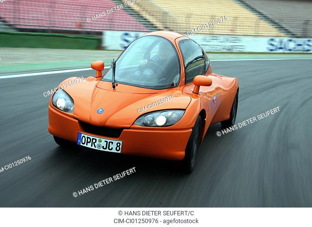 Jetapprox. 2.5, driving, diagonal from the front, frontal view, test track