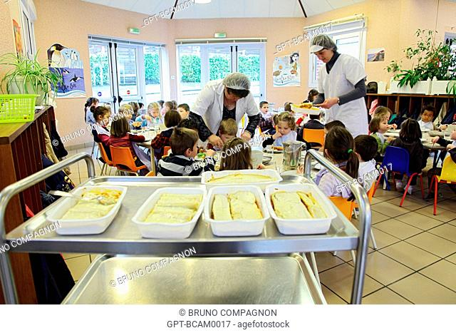 WOMAN SERVING THE PUPILS THEIR LUNCH IN A SCHOOL CAFETERIA, RUGLES, EURE 27, UPPER NORMANDY, FRANCE, EUROPE
