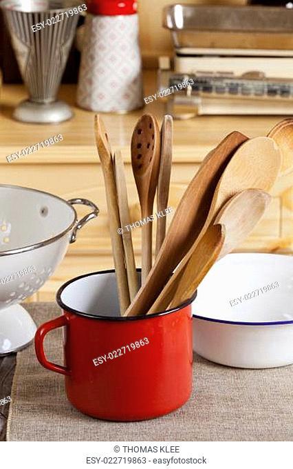 Kochlöffel in einem Emaille Becher in der Küche