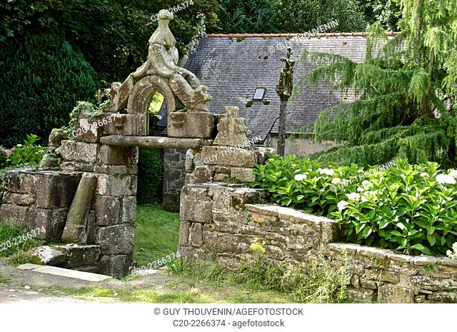 Notre Dame du Traon chapel ( 16thc. ), and Triumphal arc, Brittany, Finistere 29, France
