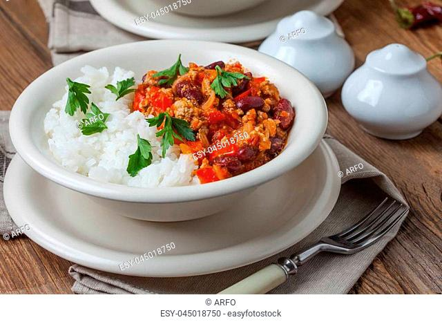 Chilli con carne with paprika, tomatoes, onion, red bean and garlic in a clay bowl