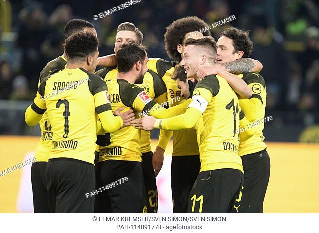 The Dortmund players cheer about the goal to make it 1-0 for Borussia Dortmund, jubilation, cheer, cheering, joy, cheers, celebrate, goaljubel, half figure