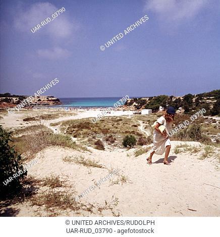Ein Tag am Strand der Cala Saona auf Formentera, Ibiza 1976. A day at the beach of Cala Saona on the island of Formentera; Ibiza 1976