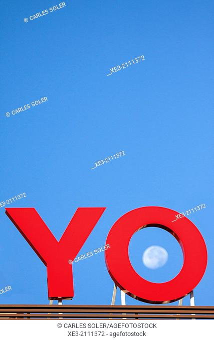 "Sign showing the word ""yo"" (Spanish for ""I"") and the moon inside letter ""o"""