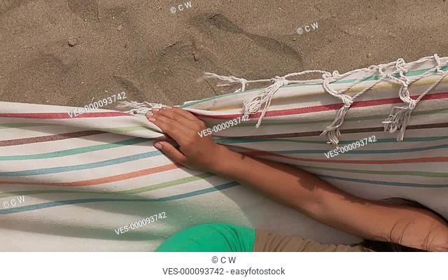 Frau in Hängematte am Strand