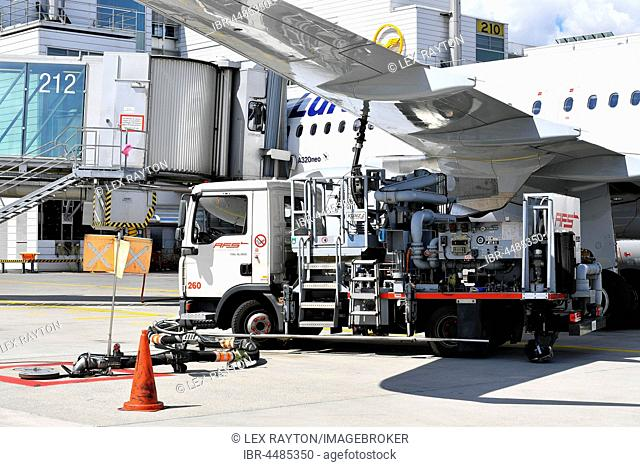 Refueling vehicle, tank nozzle on wing, refueling, Lufthansa Airbus A320 NEO, Munich Airport, Upper Bavaria, Germany