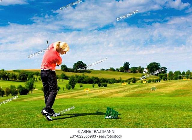 Junge Golf Spielerin am Golfplatz beim Abschlag