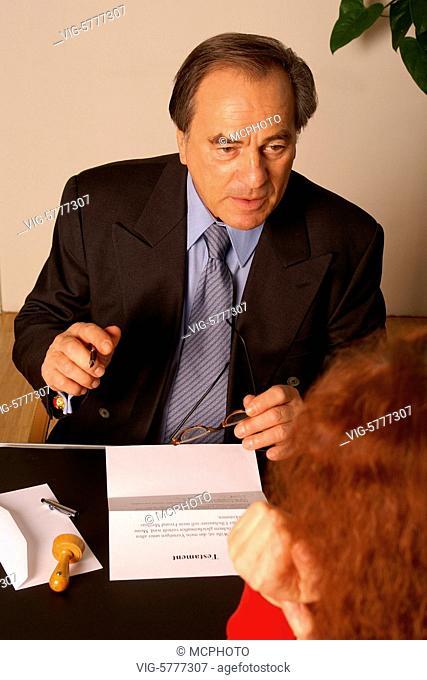 Ein Notar bei der Testamentseroeffnung, 2007 - Germany, 22/02/2007