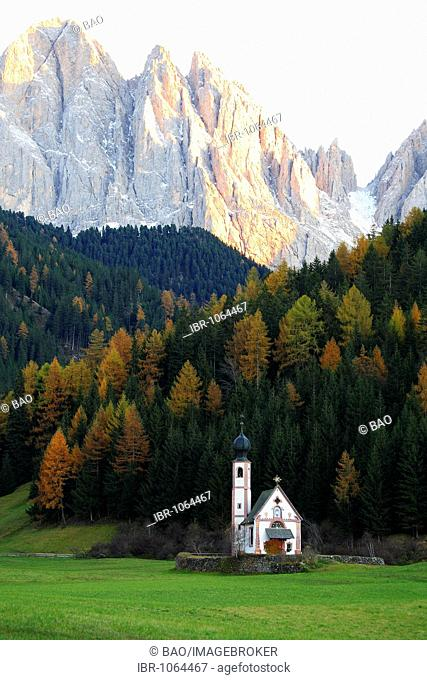 Sankt Johann Church in front of the peaks of the Catinaccio group, Sankt Magdalena in Funes Valley, Bolzano-Bozen, Italy, Europe