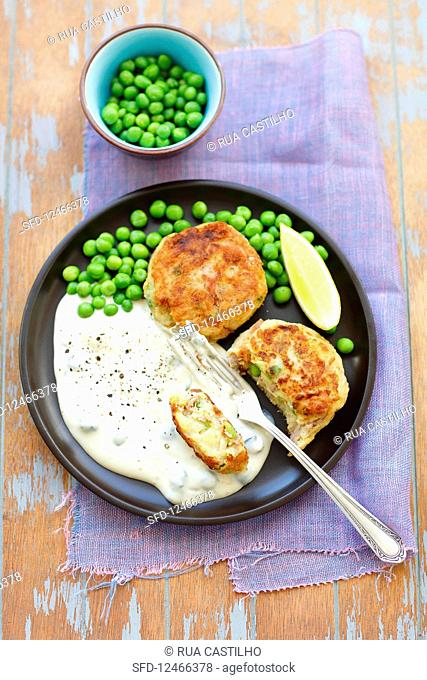 Tuna and potato cakes with green peas and tartare sauce