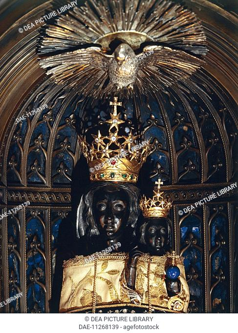 Our Lady of Loreto,1922, by Leopoldo Celani, cedar of Lebanon wooden statue, Sanctuary of the Holy House, Loreto, Marche. Detail. Italy, 20th century