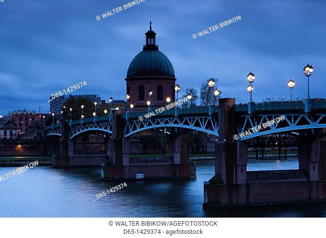 France, Midi-Pyrenees Region, Haute-Garonne Department, Toulouse, Pont St-Pierre bridge and the dome of the Hopital de la Grave, evening