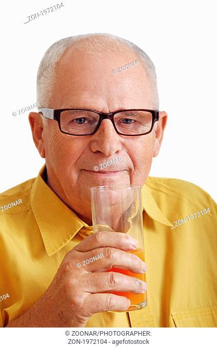 Senior mit Glas in der Hand