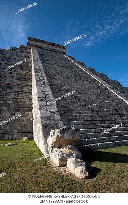 MEXICO, YUCATAN PENINSULA, NEAR CANCUN, MAYA RUINS OF CHICHEN ITZA, ARCHAEOLOGICAL SITE, EL CASTILLO (CASTLE) MAYAN PYRAMID