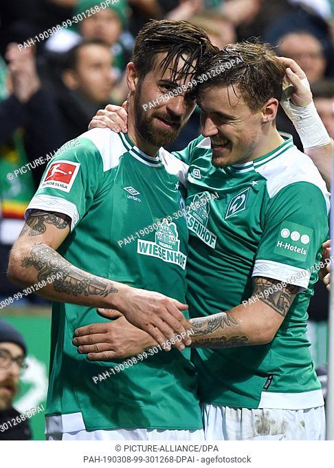 08 March 2019, Bremen: Soccer: Bundesliga, Werder Bremen - FC Schalke 04, 25th matchday. Werders Martin Harnik (l) is happy with Max Kruse about his goal to 4:2