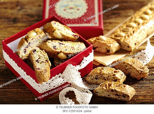 Cantuccini with cranberries and gingerbread spice