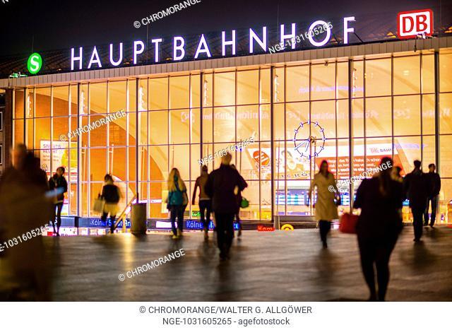 Silhouetten von Menschen, Kölner Hauptbahnhof, Köln, Nordrhein-Westfalen, Deutschland, Europa