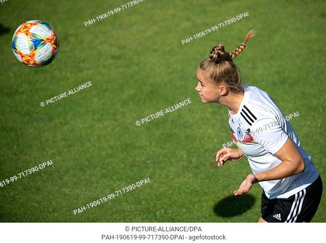 19 June 2019, France (France), Grenoble: Football, women: WM, national team, Germany, training: Giulia Gwinn plays a header