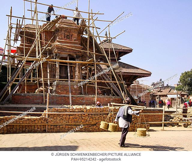 After the earthquakes in 2015, the houses in Bhaktapur will be rebuilt. (24 November 2016) | usage worldwide. - Bhaktapur/Nepal