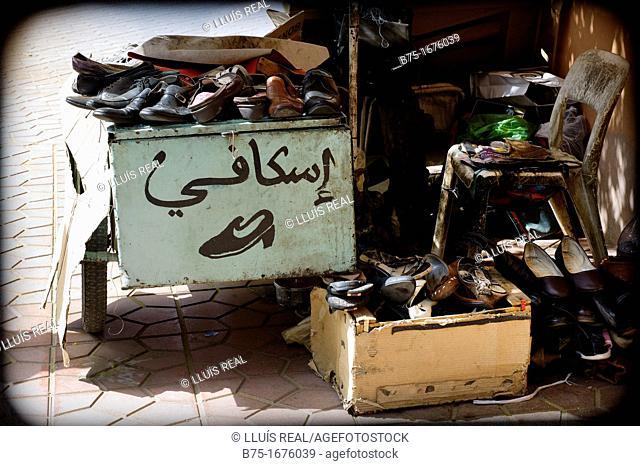 negocio de zapatero en la calle en Marrakech, Marruecos, Africa, shoemaker business in the street in Marrakech, Morocco, Africa