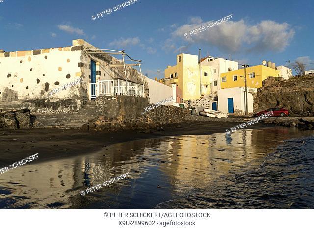schwarzer Strand beim Fischerdorf Tarajalejo, Insel Fuerteventura, Kanarische Inseln, Spanien | black beach of the fishing village Tarajalejo, Fuerteventura