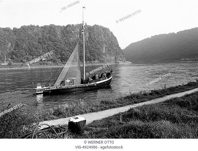 Eighties, D-St. Goarshausen, Rhine, Rhineland-Palatinate, Rhine valley, river landscape, fishing boat at the Rhine riverbank, Loreley rock, steep rock
