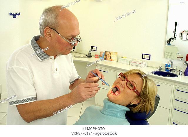 Ein Zahnarzt untersucht die Zaehne einer Frau, 2006 - Germany, 05/04/2006