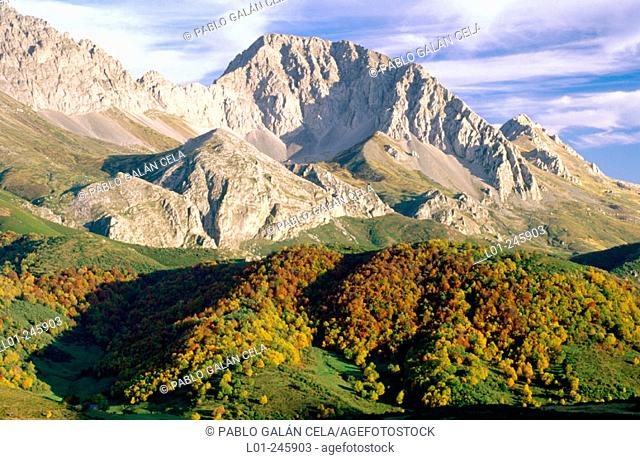 Peña Ubiña (2.417 m). Cordillera Cantabrica. Leon-Asturias provinces. Spain