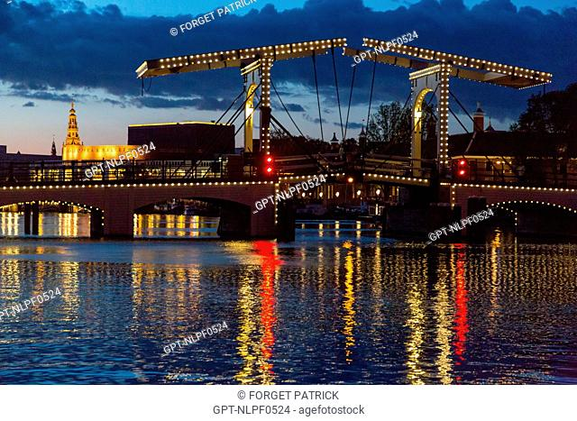 MAGERE BRUG BRIDGE AND CANALS LIT UP AT NIGHT IN FRONT OF THE NATIONAL OPERA AND BALLET, AMSTEL, AMSTERDAM, HOLLAND