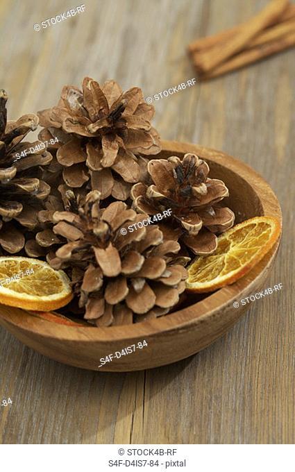 Dish with pine cones and orange slices