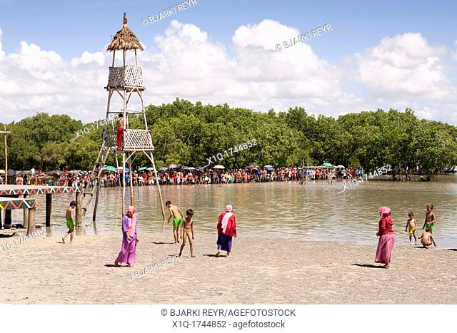 Women and children on the beach before the battle begins at the Battle of Mactan reenactment or Kadaugan Festival  The Battle of Mactan was fought in the...