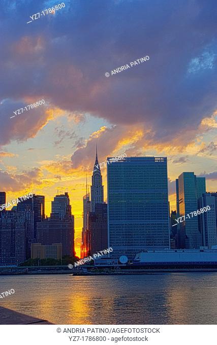 Sunsets behind the Midtown Manhattan Skyline