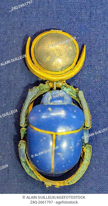 Egypt, Cairo, Egyptian Museum, Tutankhamon jewellery, from his tomb in Luxor : Amulet in the shape of a scarab with a lunar disk