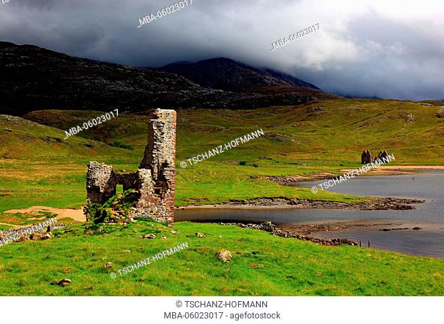 Scotland, Highlands, north-west coast, ruin of Castle Ardvreck at Loch Assynt