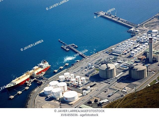 LNG carrier unloading liquefied natural gas in Bahia de Bizkaia Gas, regasification terminal, Port , Bilbao, Biscay, Basque Country, Spain
