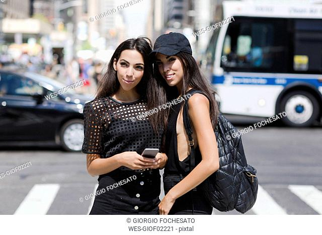 USA, New York City, two fashionable twin sisters in Manhattan