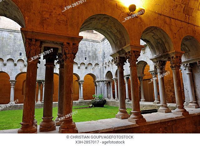 Roman cloister of Sant Pere de Galligants monastery housing the Archaeological Museum of Catalonia, Girona, Catalonia, Spain, Europe