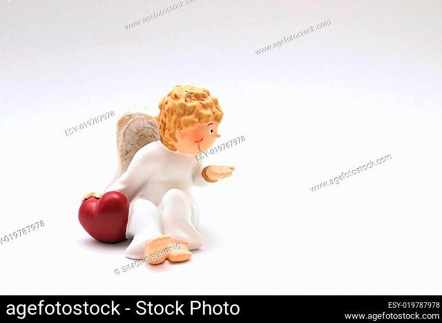 Engelsfigur mit Hand auf einem Herz