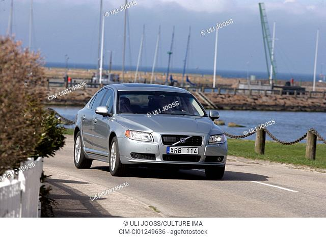 Volvo S80 V8 AWD, model year 2006-, silver/anthracite, driving, diagonal from the front, frontal view, country road