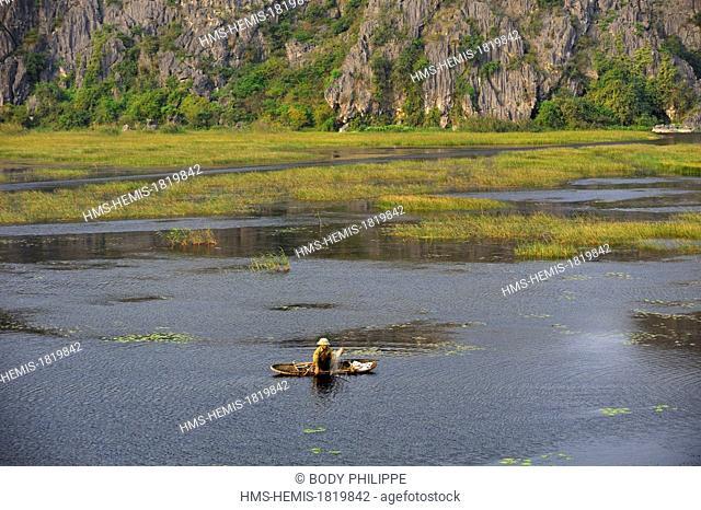 Vietnam, Ninh Binh Province, area nicknamed Inland Halong Bay, Van Long, karstic landscape, boatman