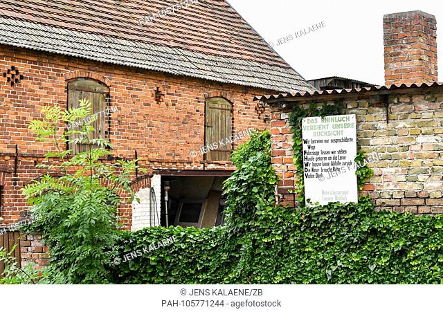 13.06.2018, Linum, Brandenburg: A sign indicates that you are entering the nature reserve of the Upper Rhineland. Up to 20 stork pairs nest in Linum every year