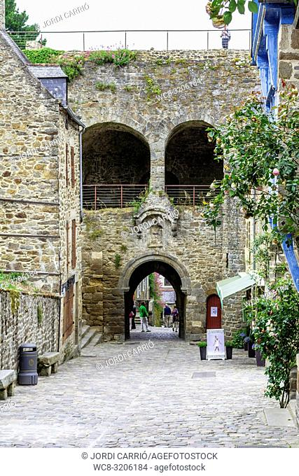 DINAN, BRITAN, FRANCE - JUNE -2015: Puerta Jerzual, entrance to the medieval walled city of Dinan where unknown tourists pass it on June 22, 2015