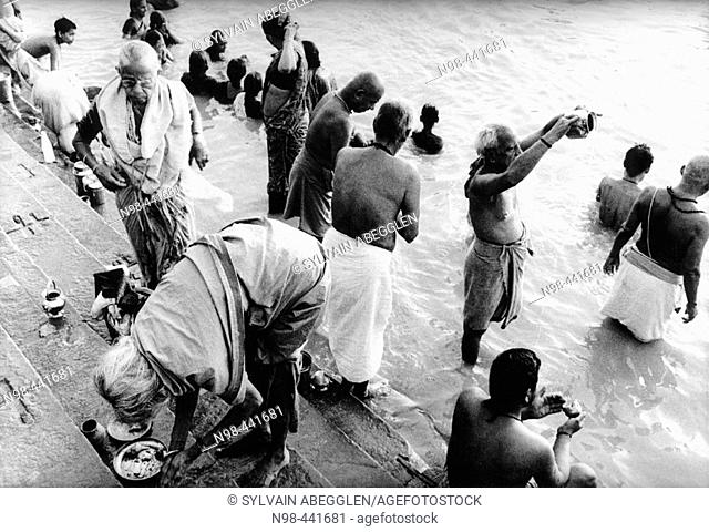In the oldest city in India, thousand of pilgrims visit the holy river and the magic ghat. Early in the morning, for the sunrise, before the hot climate