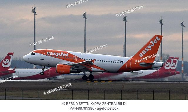 An easyJet aircraft touches down in front of parked airberlin planes in Schoenefeld, Germany, 06 March 2017. Photo: Bernd Settnik/dpa-Zentralbild/dpa | usage...