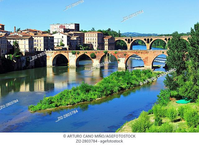 The Pont Vieux -Old Bridge-, XIth century and the pont du 22 Août 1944 over the river Tarn. Albi city, Tarn department, Occitanie region, France
