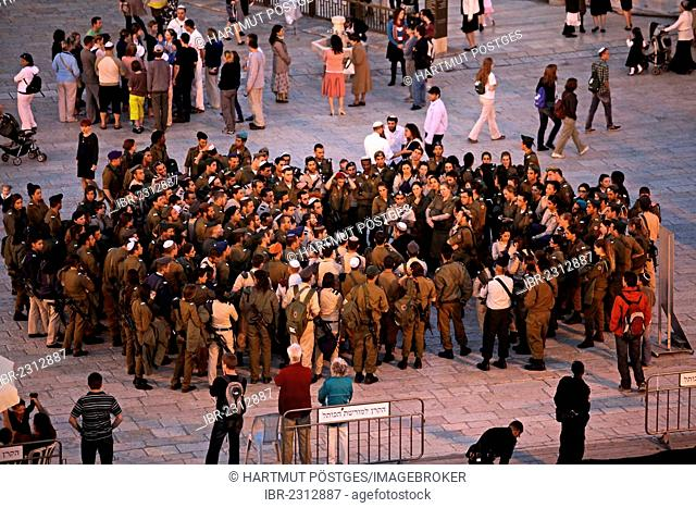 Soldiers on the forecourt to the Wailing Wall, Western Wall, Jerusalem, Yerushalayim, Israel, Middle East